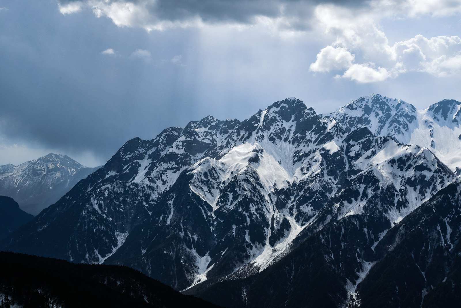 「光に照らされる前穂高岳(北アルプス)」の写真