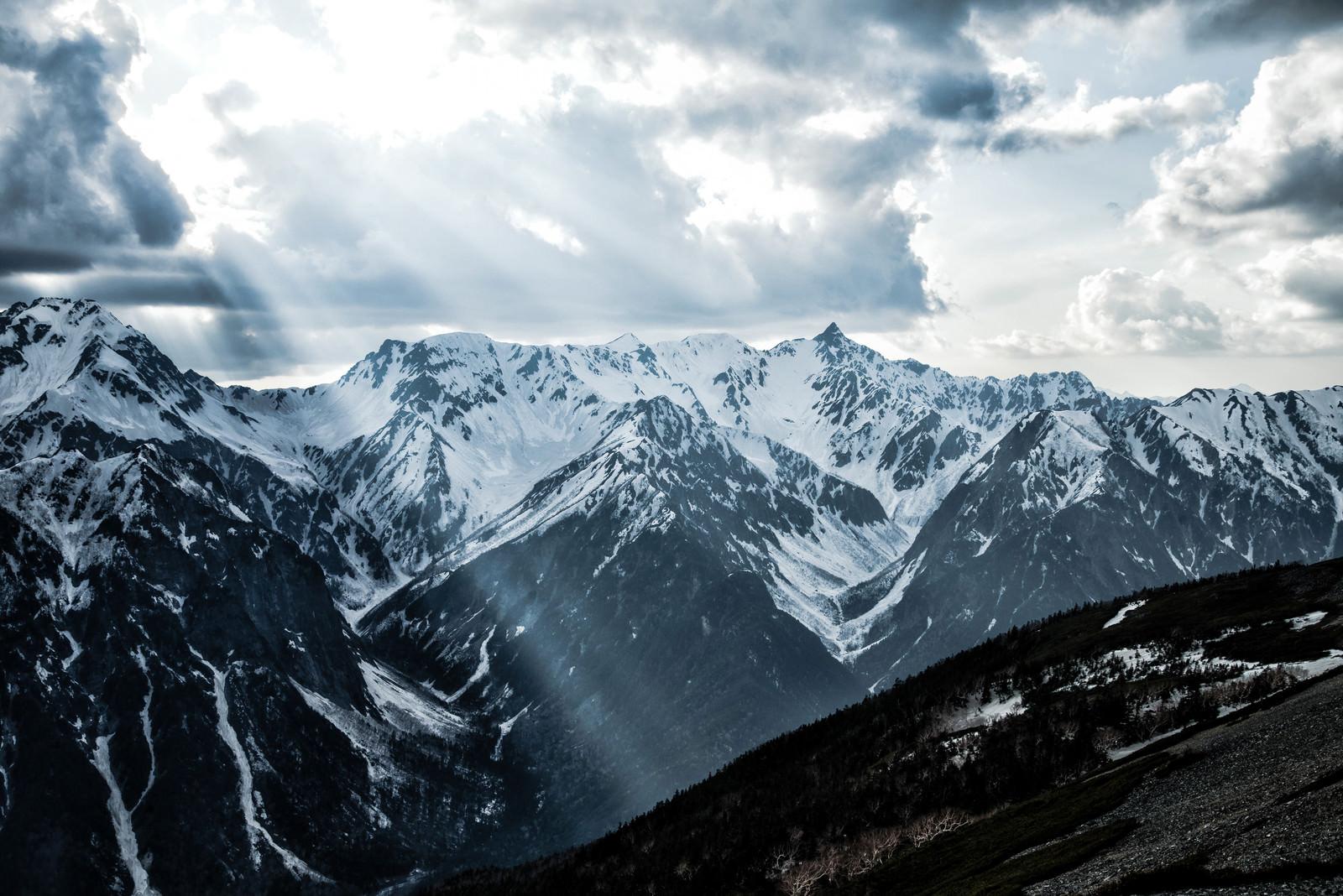 「差し込む光芒と槍ヶ岳(飛騨山脈)」の写真