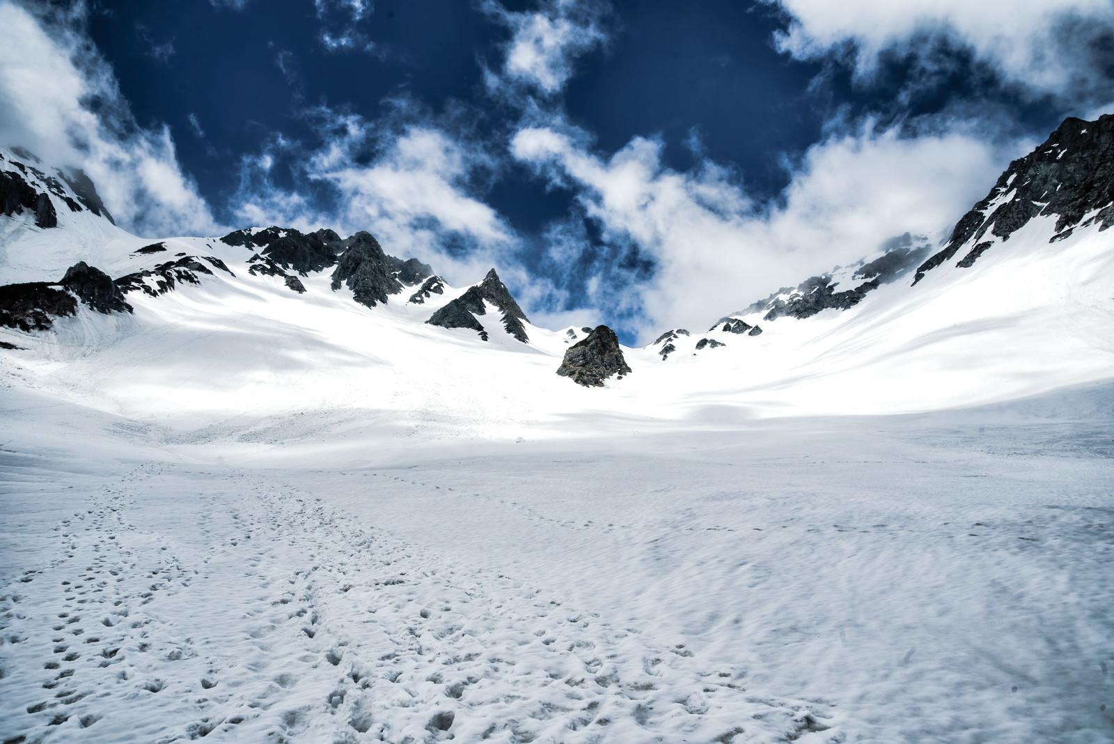 「涸沢カールに残る登山の足跡」の写真