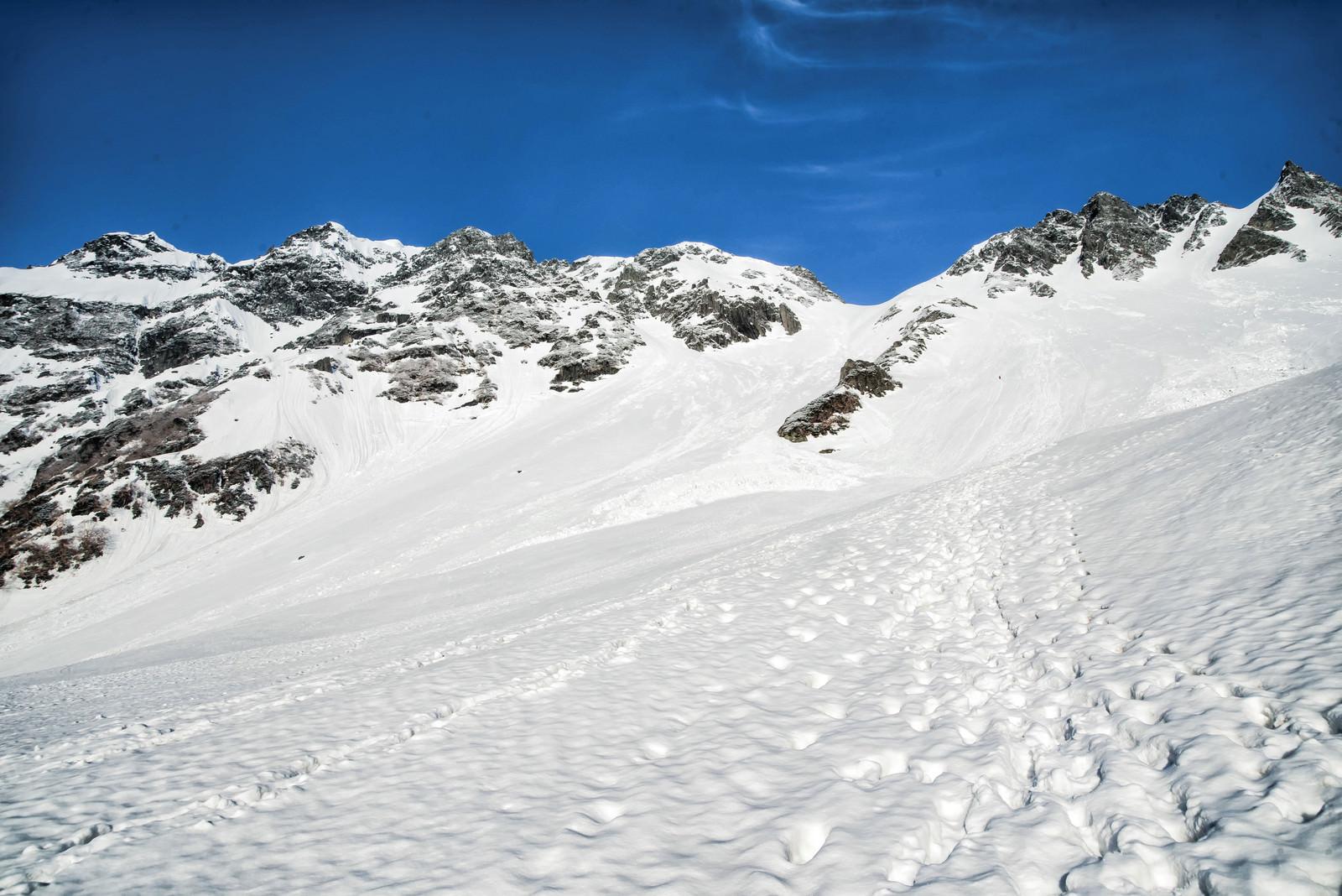 「残雪期の奥穂高岳とザイテングラード」の写真