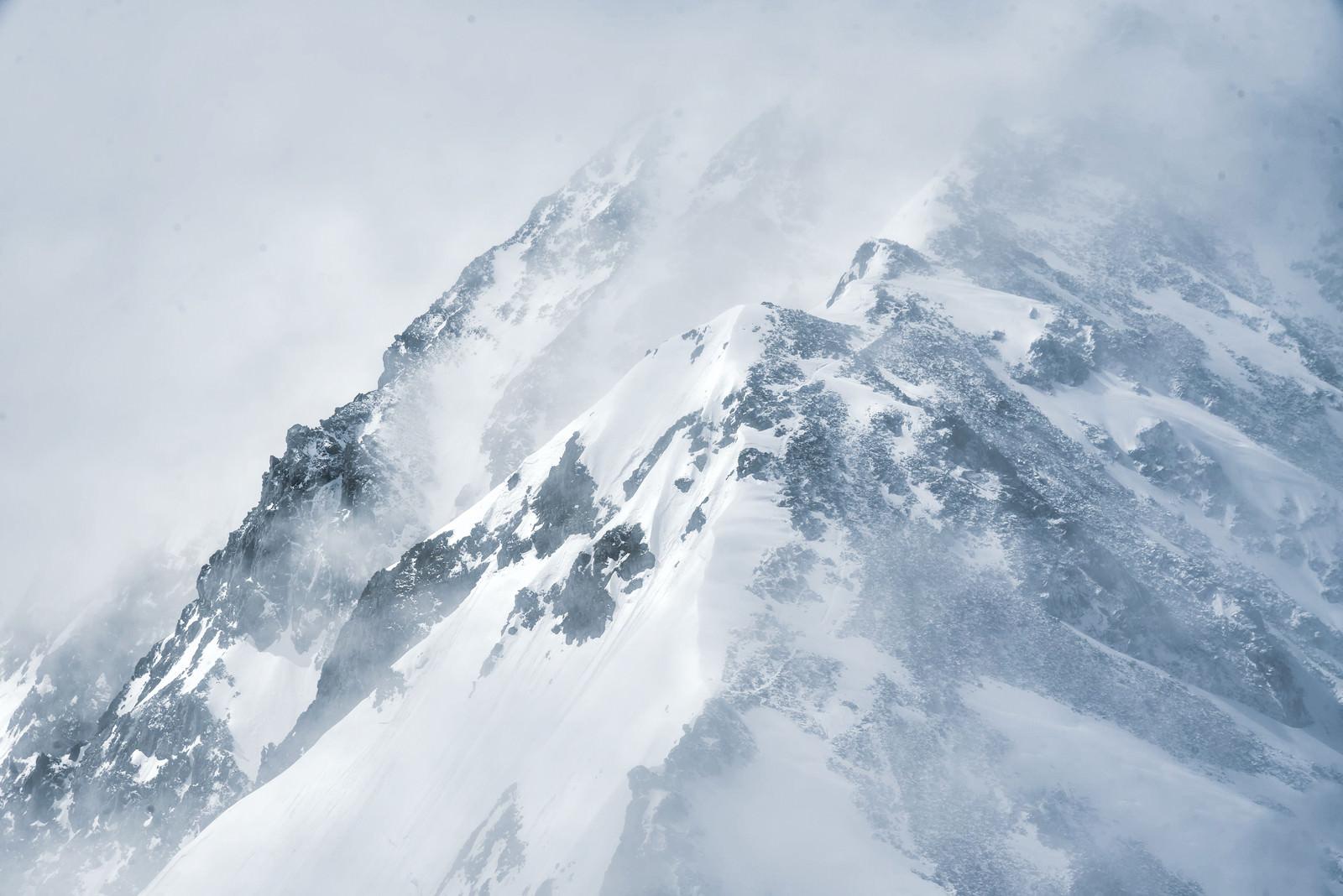 「吹雪く視界不良の雪山」の写真