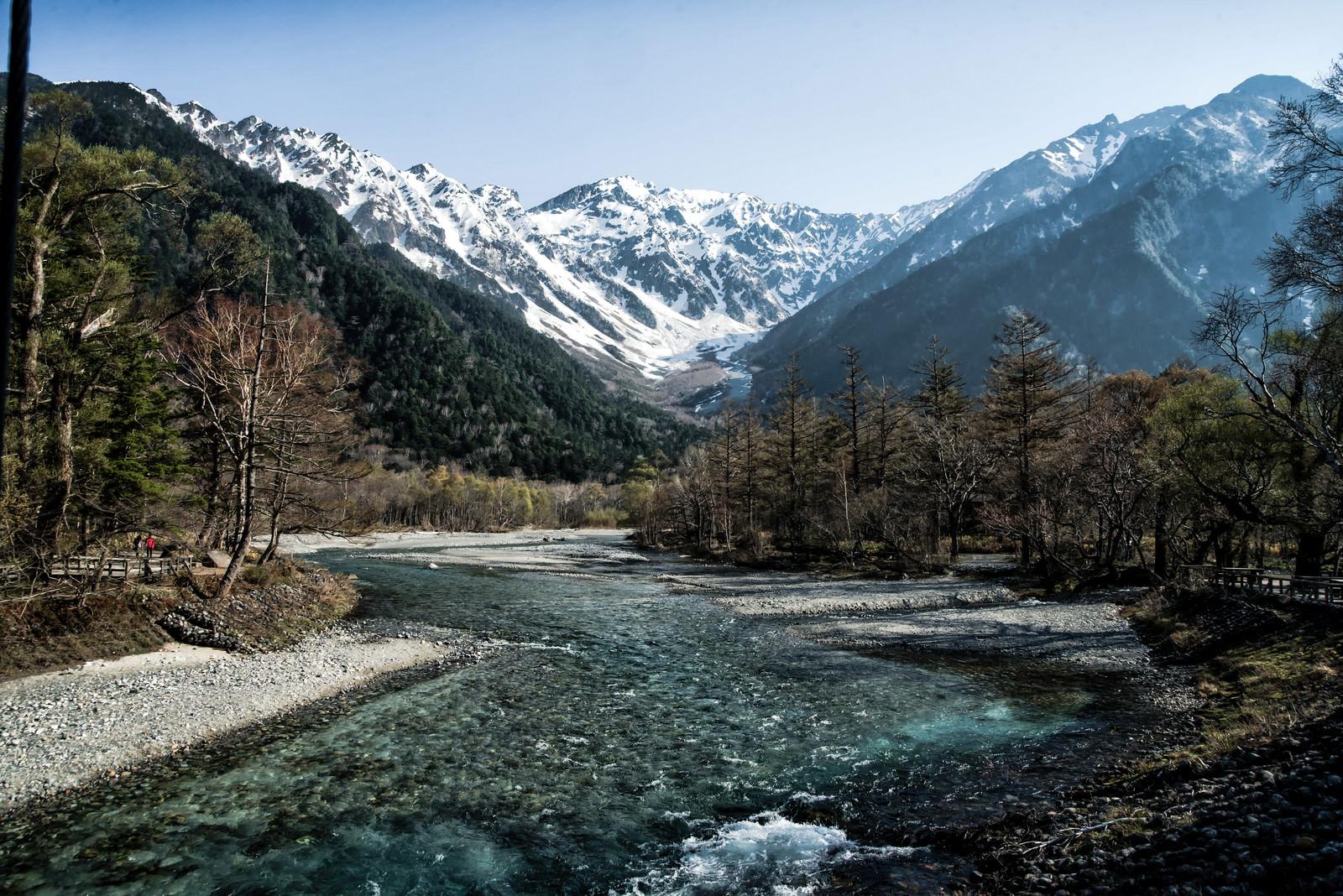 「残雪の上高地から流れ行く梓川」の写真