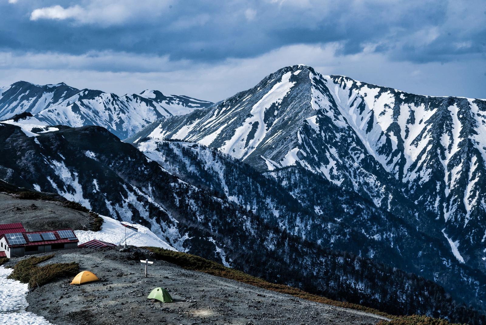 「常念岳への縦走路とテント(飛騨山脈)」の写真
