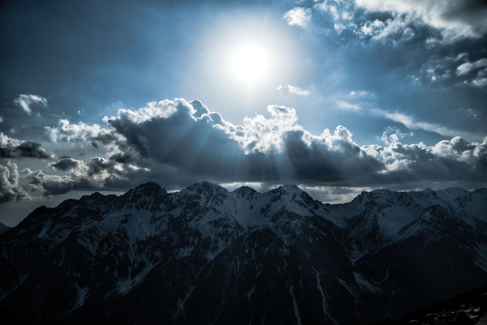 「残雪の飛騨山脈に降り立つ天使のはしご」の写真
