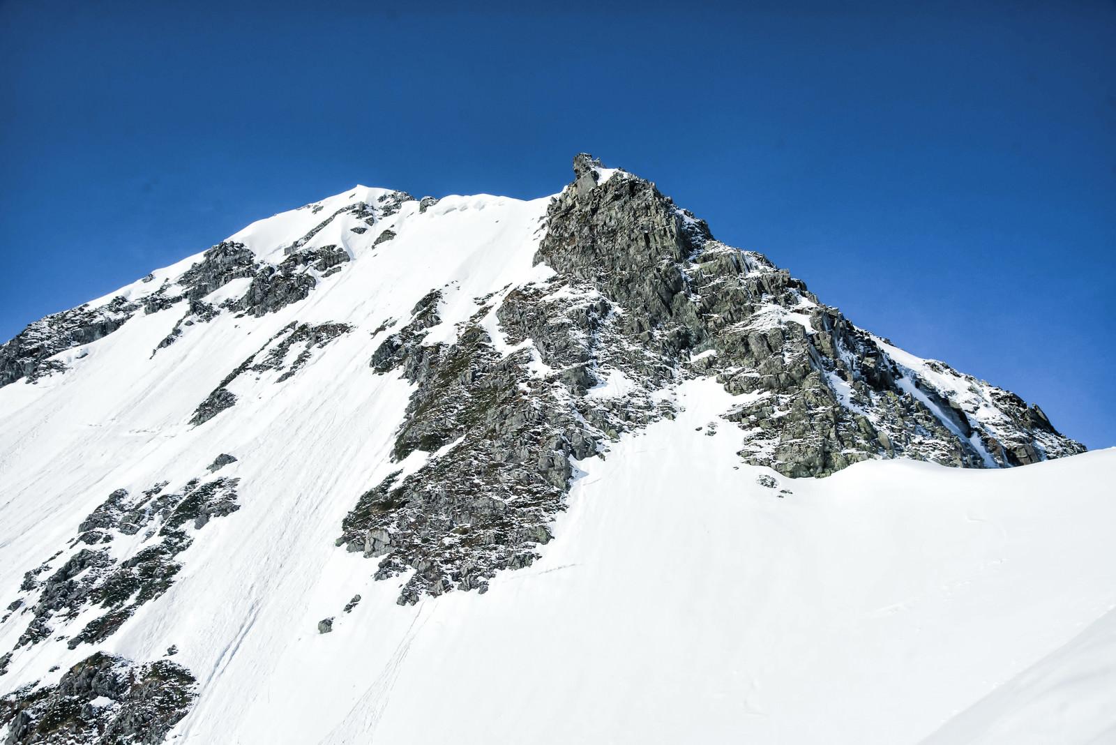 「残雪の奥穂高岳の岩壁(飛騨山脈)」の写真