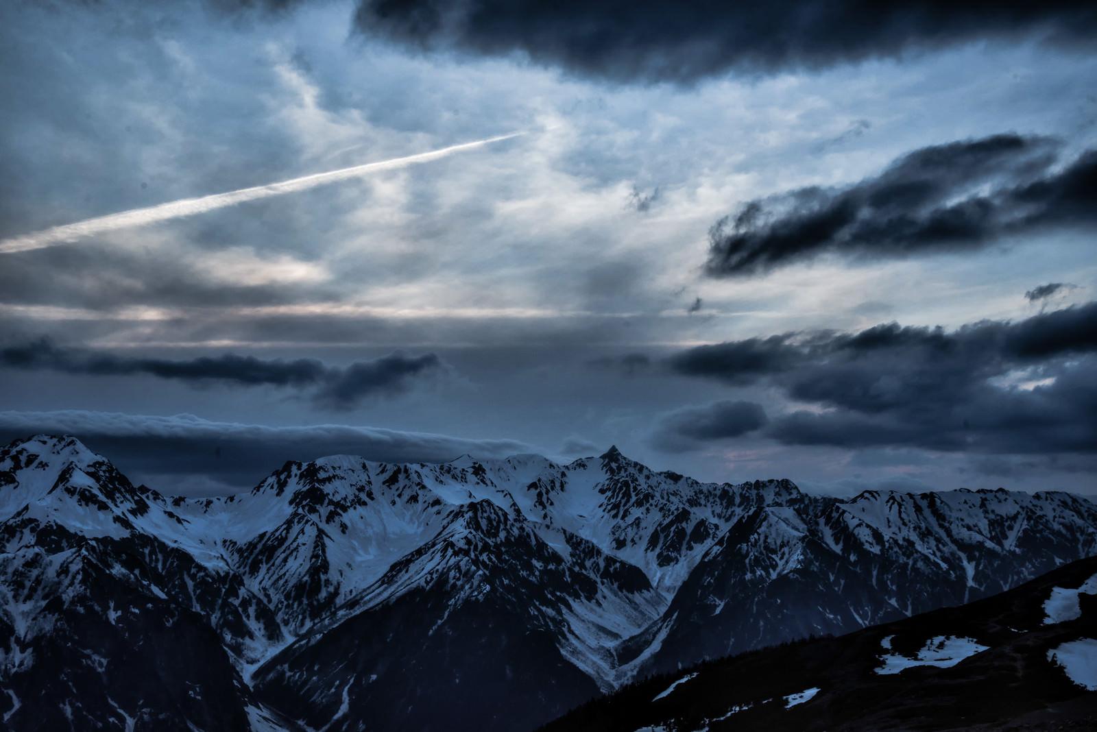 「槍ヶ岳上空の飛行機雲」の写真