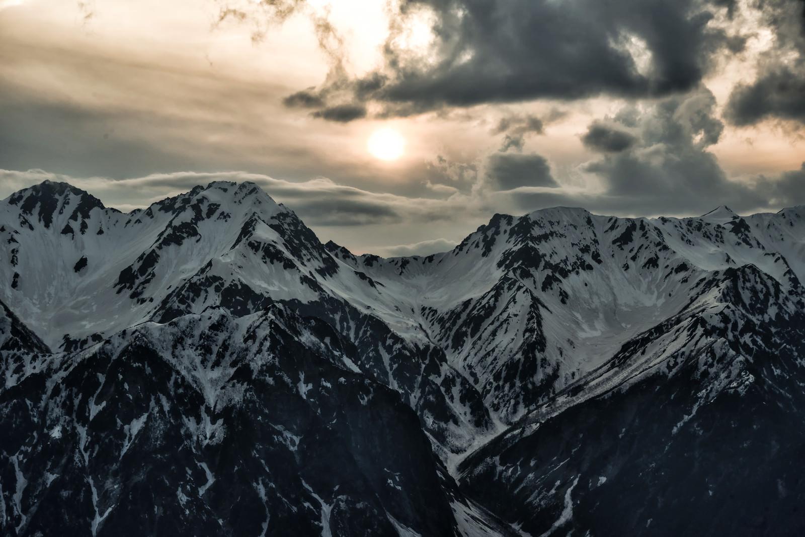 「冬山の大キレットに落ちる夕日」の写真
