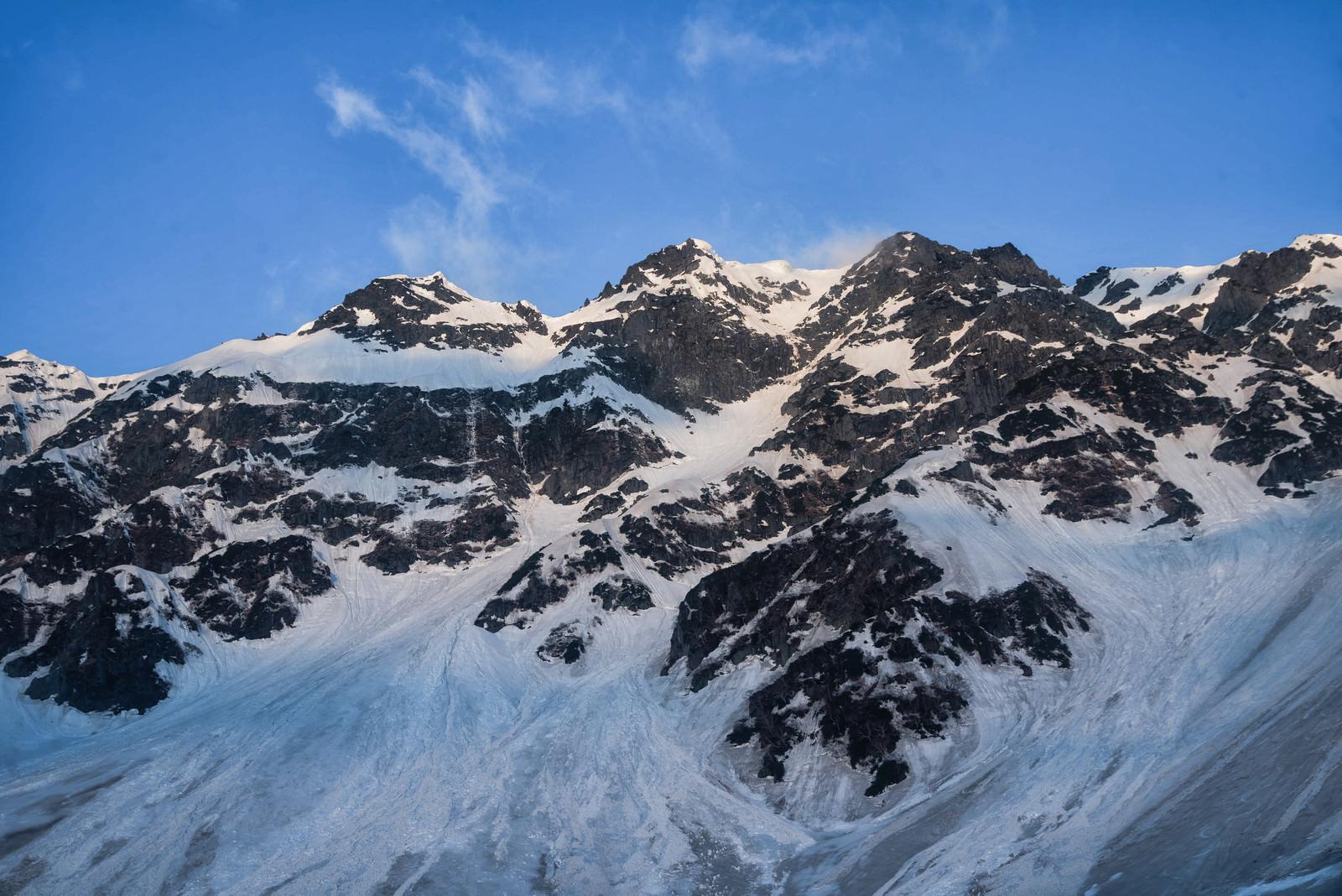 「日に照らされた冬の奥穂高岳 (飛騨山脈)」の写真