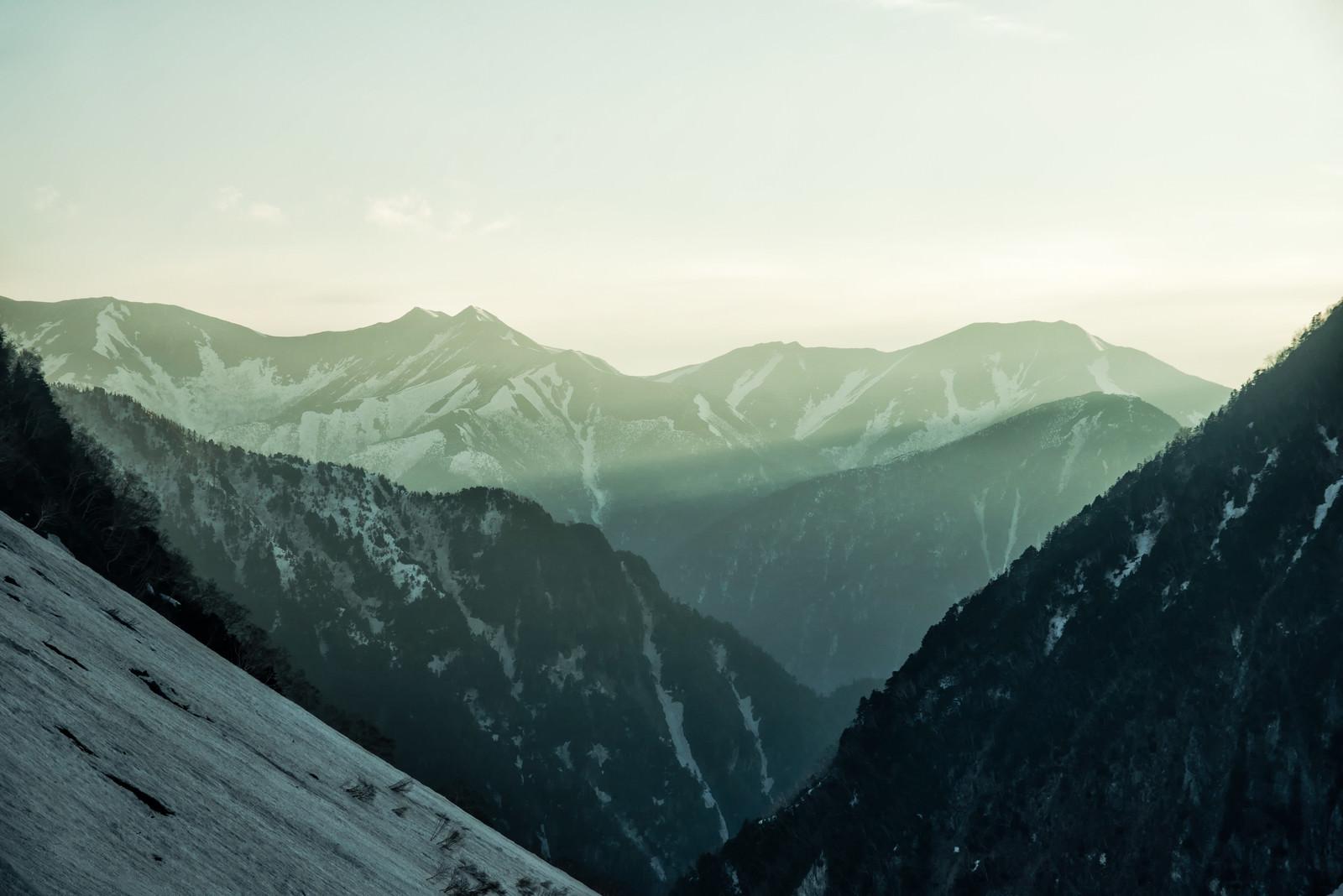 「朝日が差し込む常念山脈(飛騨山脈)」の写真