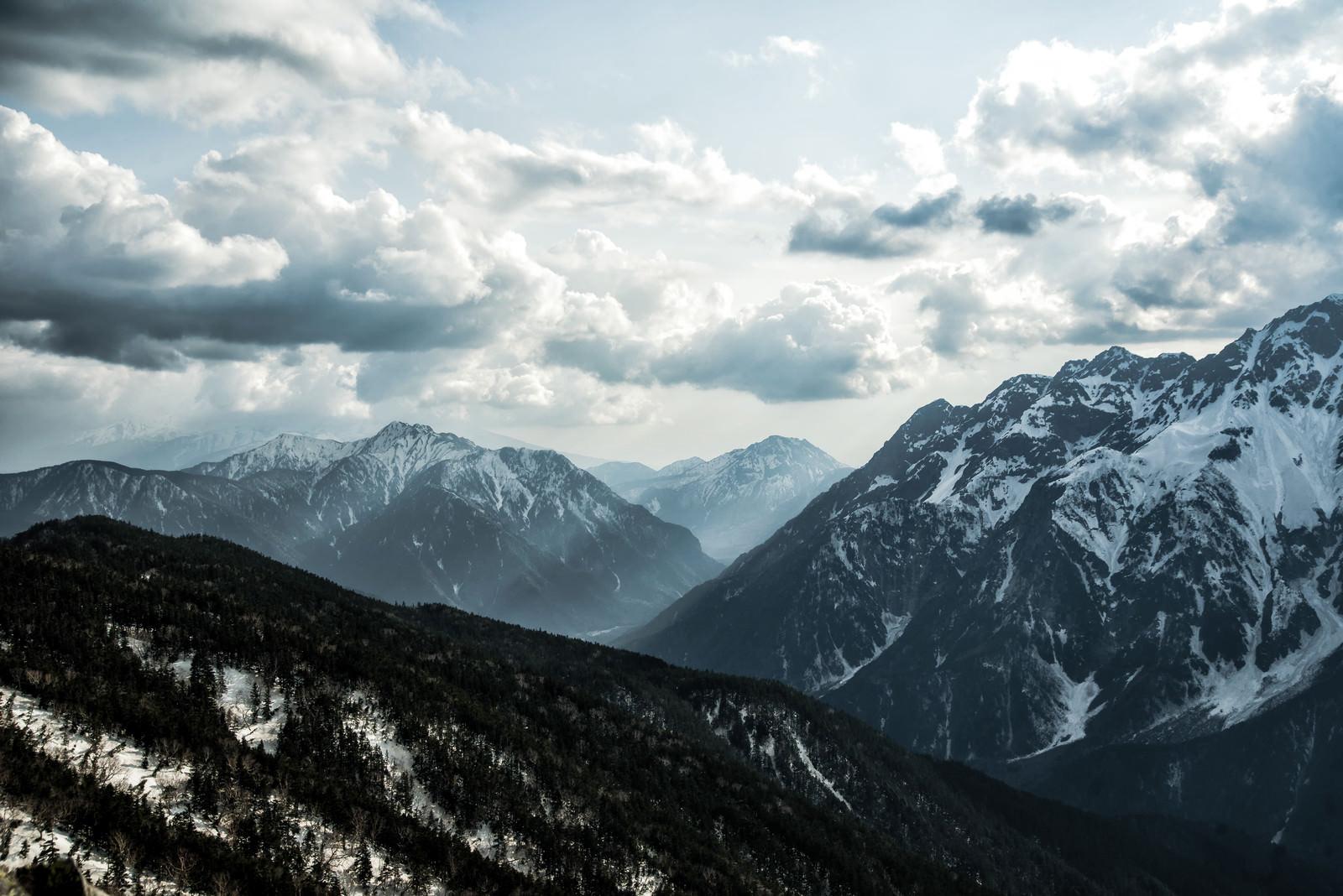 「蝶ヶ岳から望む霞沢岳と焼岳」の写真