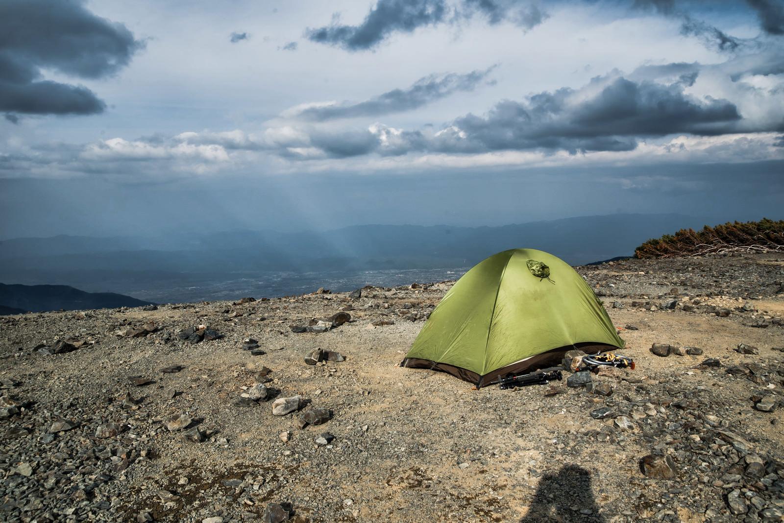 「蝶ヶ岳山頂に設置されたテント(飛騨山脈)」の写真