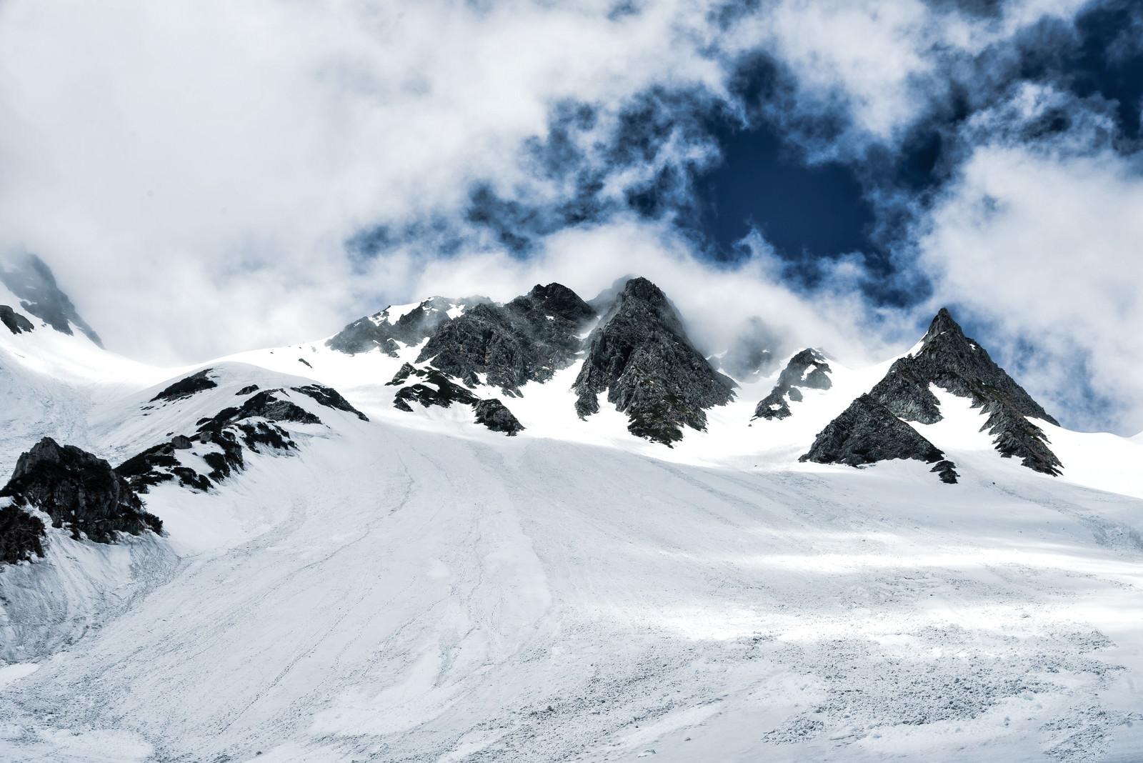 「低い雲に覆われた涸沢岳(北アルプス)」の写真