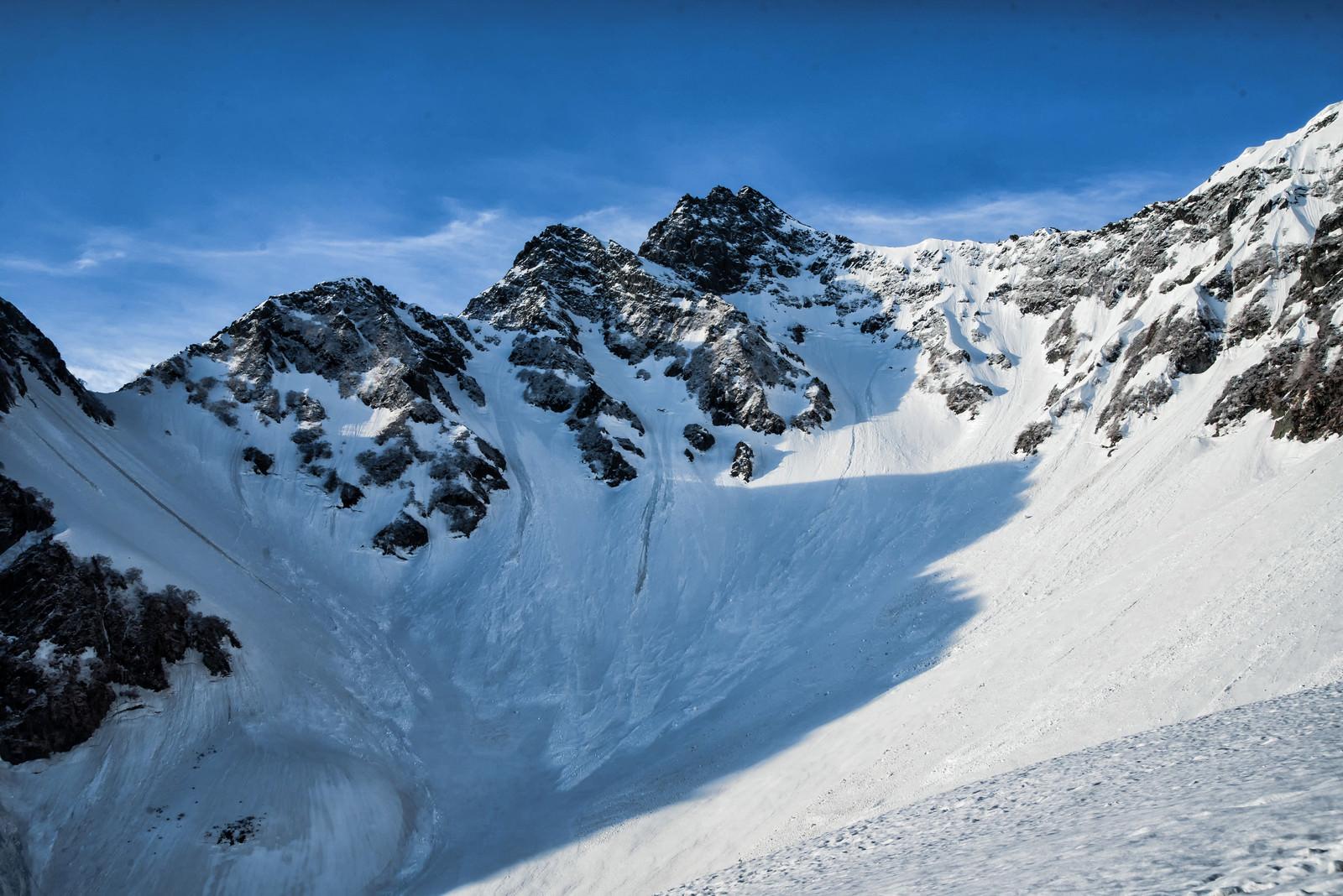 「北尾根に落ちる影と前穂高岳(北アルプス)」の写真