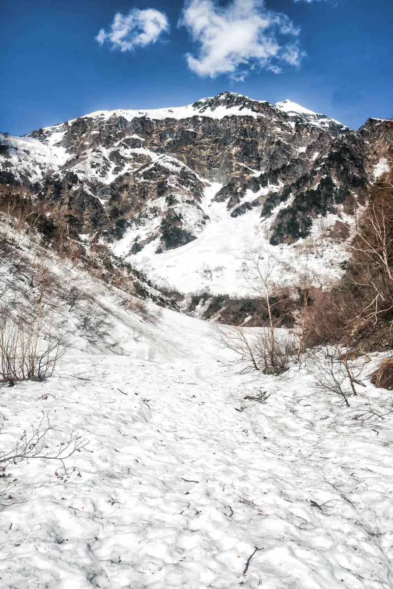 「本谷ルートから見上げる北穂高岳(北アルプス)」の写真
