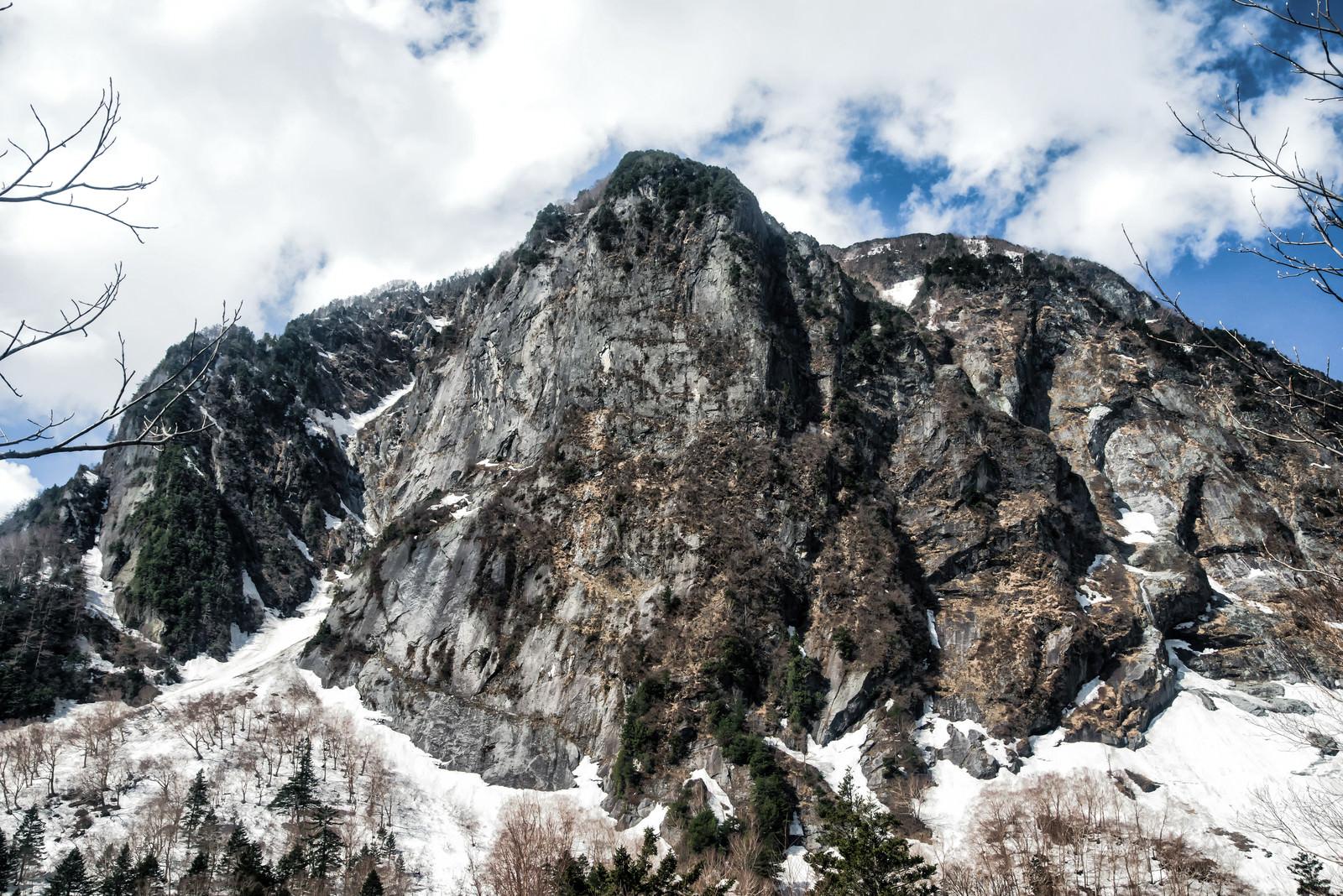 「雪残る屏風岩の一枚岩」の写真