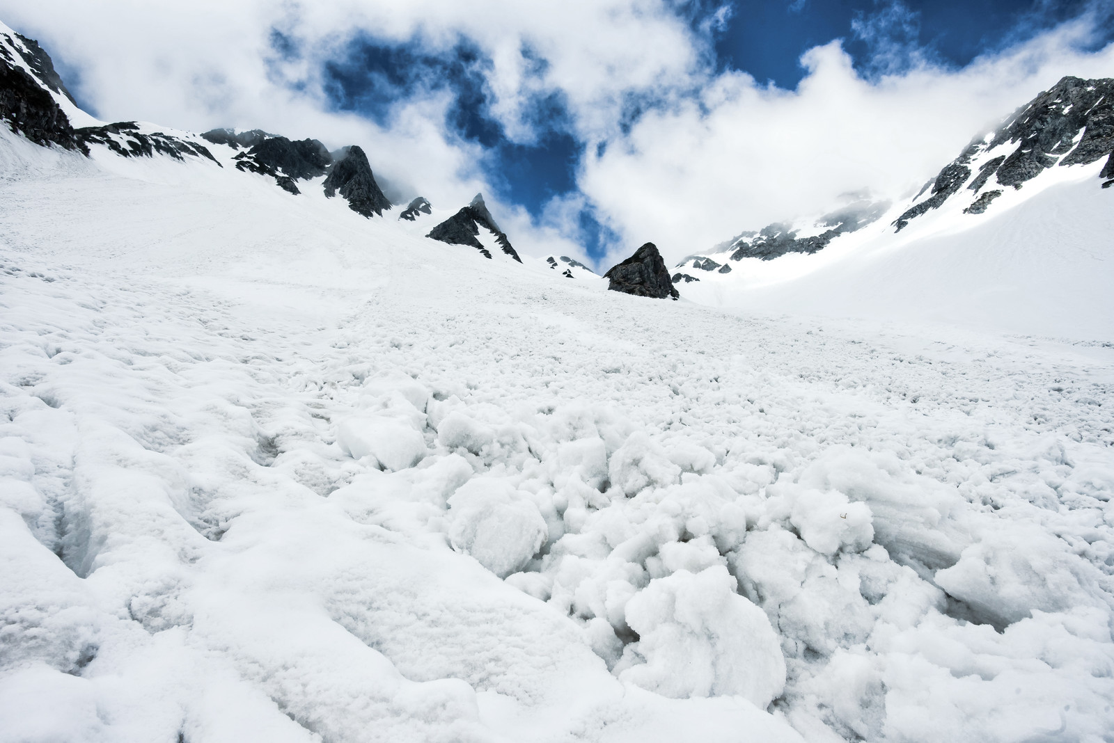 「涸沢で発生した雪崩跡」の写真