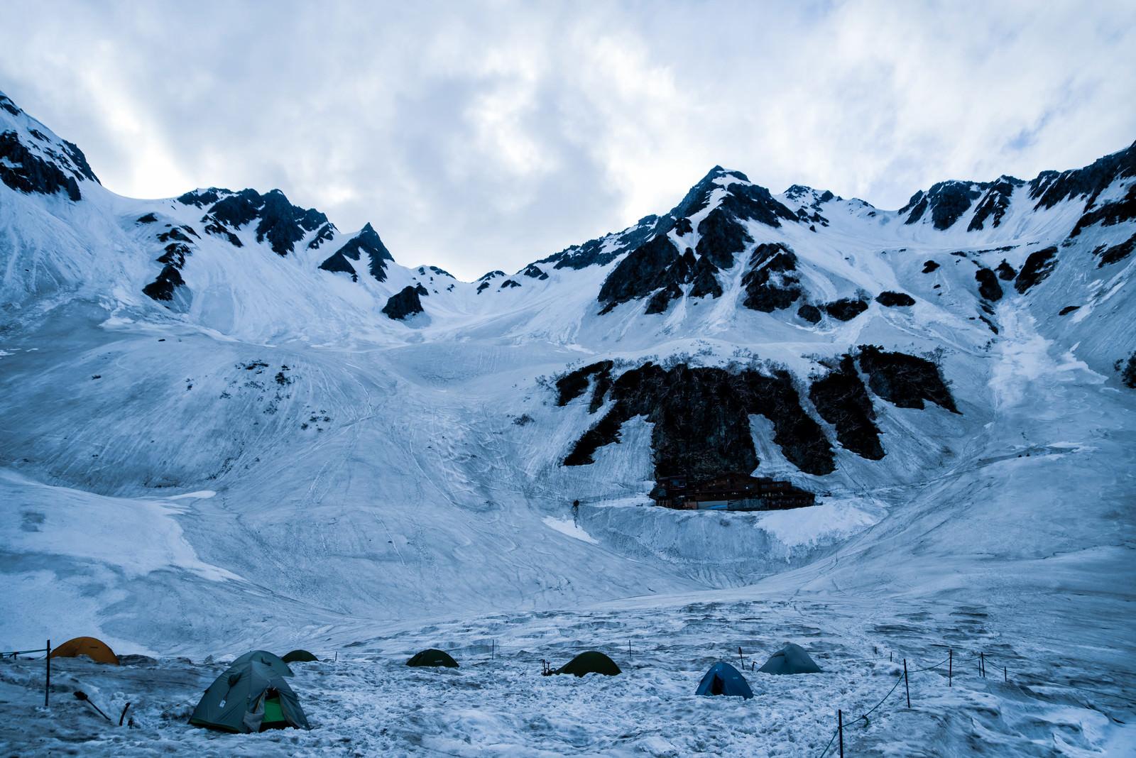 「涸沢のテント場と山小屋」の写真