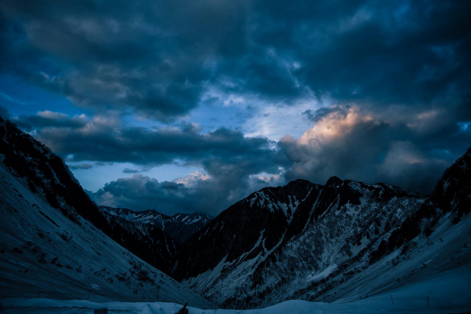 「残雪期の涸沢の夕暮れ(常念山脈方面)」の写真