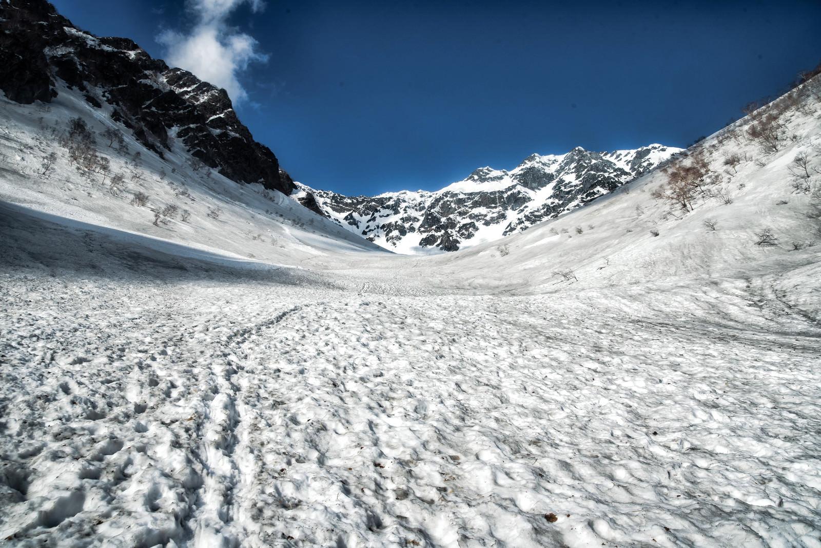 「涸沢へ続く残雪のトレース」の写真