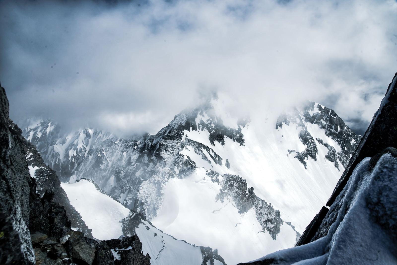 「涸沢岳から望む雲がかる北穂高岳(北アルプス)」の写真