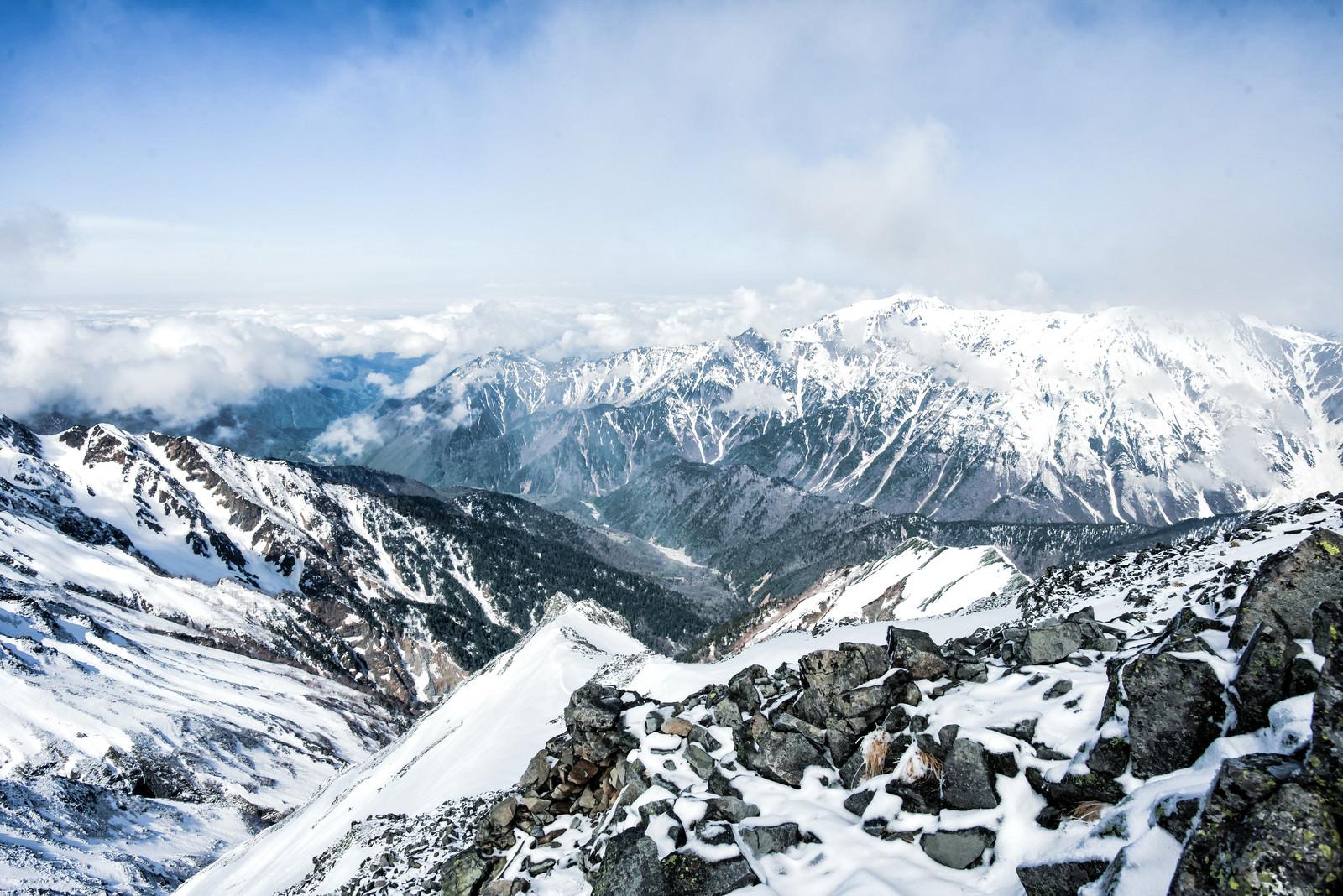 「涸沢岳頂上から眺める笠ヶ岳(飛騨山脈)」の写真