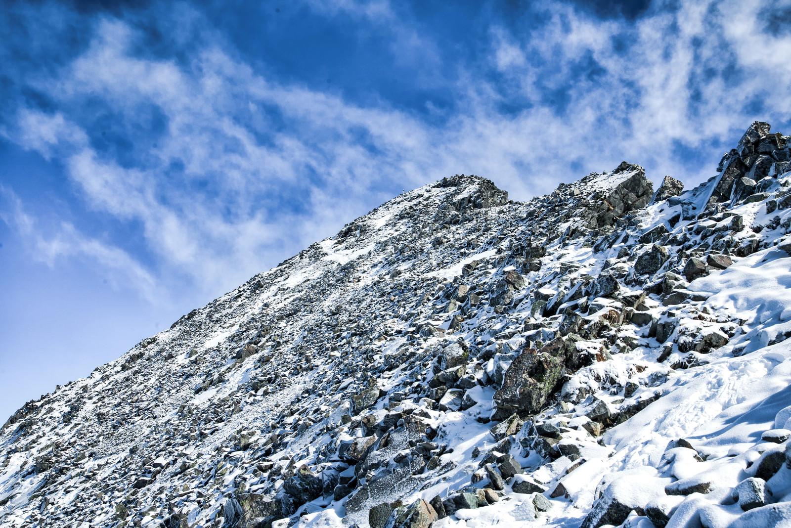 「雪残る涸沢岳頂上への道(北アルプス)」の写真