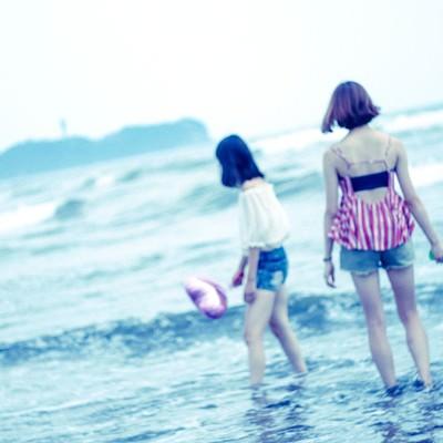 波打ち際で遊ぶ女子の写真