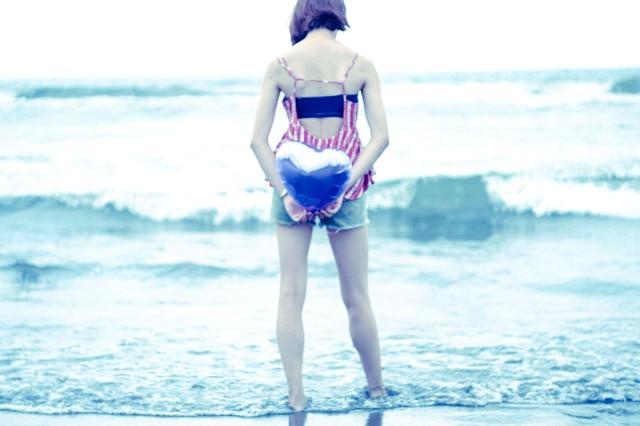 波打ち際のハートの写真