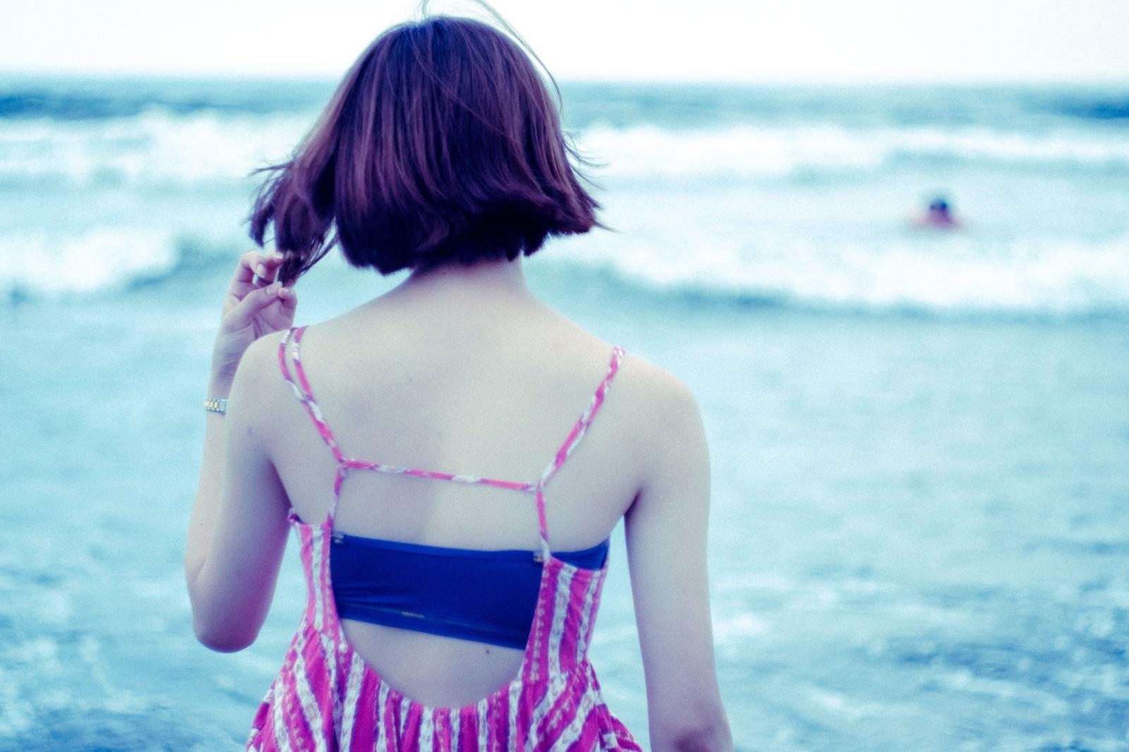 「波打ち際の女性の後姿(夏)」の写真