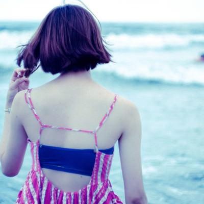 波打ち際の女性の後姿(夏)の写真