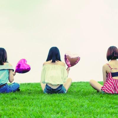 「ハートの風船を持った女性の後姿(三人組)」の写真素材