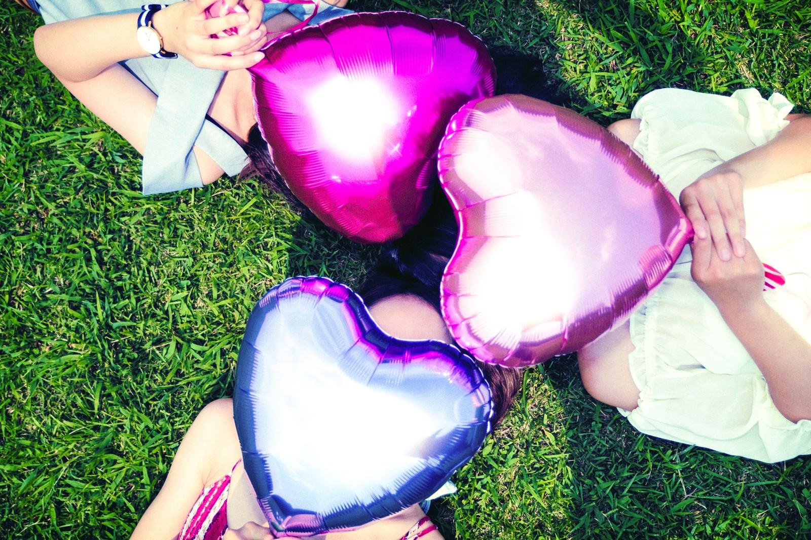 「ハートを持った三人組女子ハートを持った三人組女子」のフリー写真素材を拡大