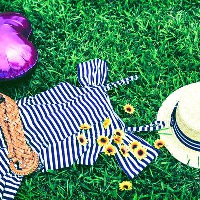 麦わら帽子と女子の夏服の写真