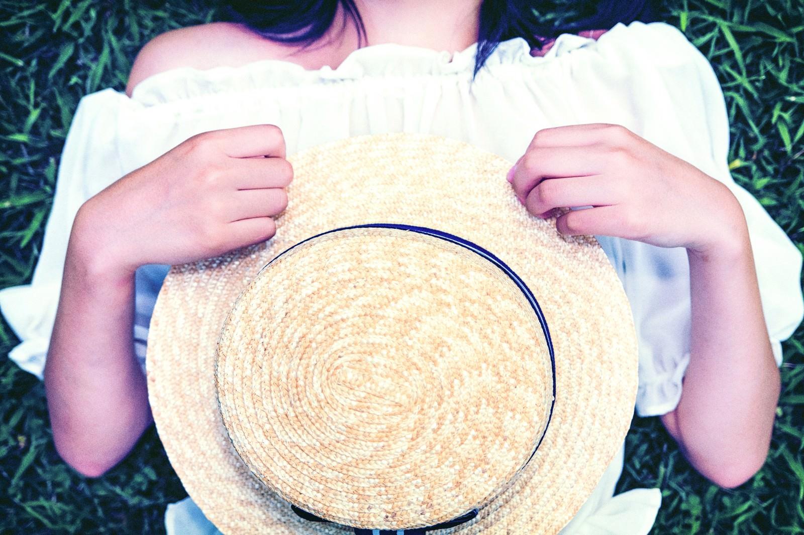 「麦わら帽子を抱える女子」の写真