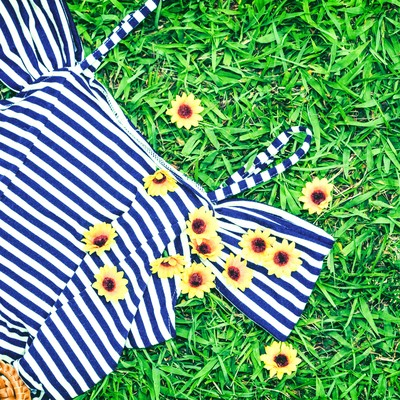 夏服とお花のブローチの写真