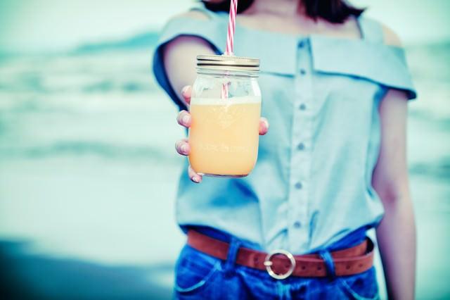 飲みかけだけど飲む?(ガラスのドリンクジャー)の写真