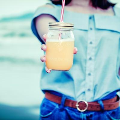 「飲みかけだけど飲む?(ガラスのドリンクジャー)」の写真素材