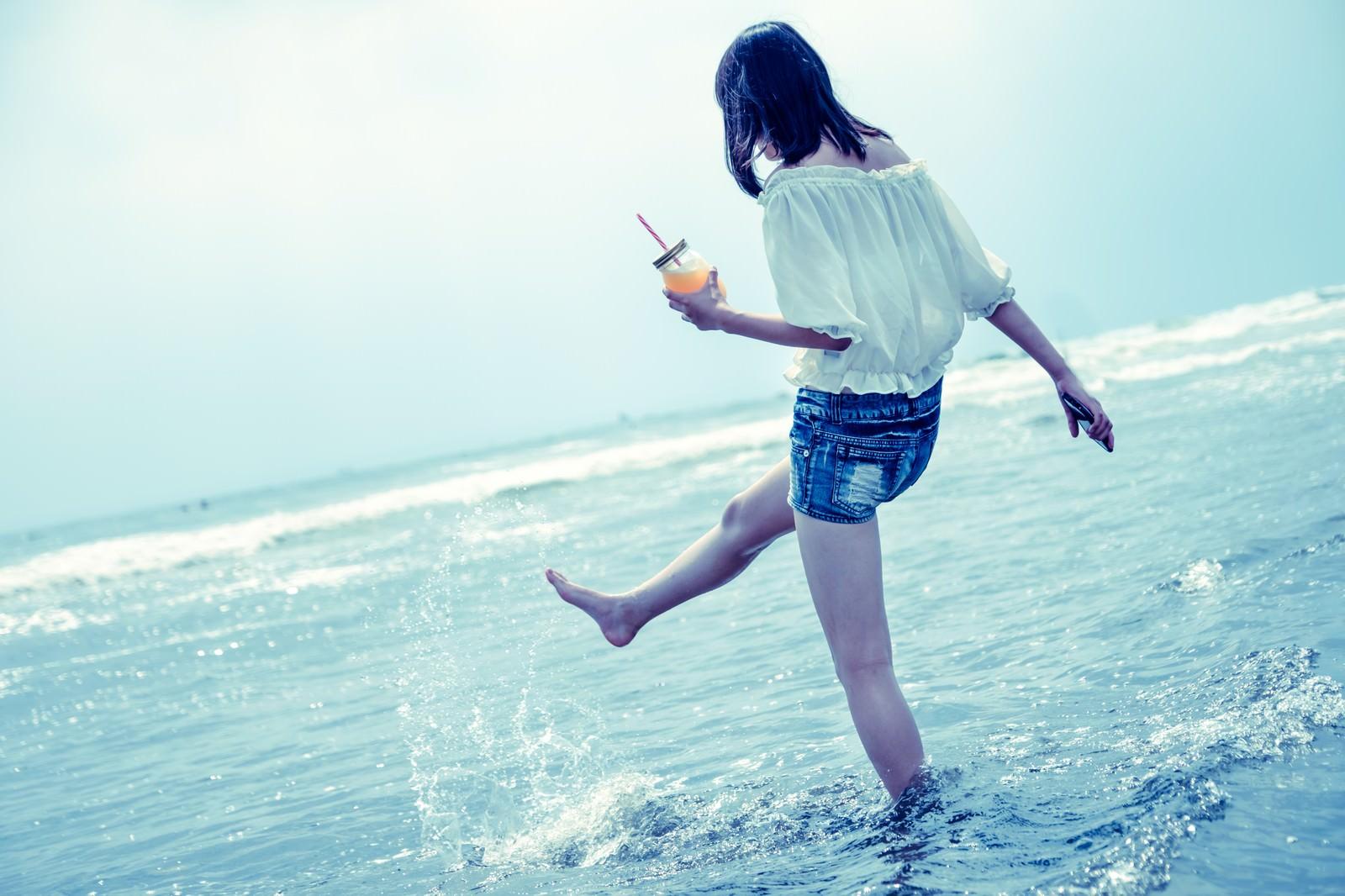 「海面を蹴り上げる女性海面を蹴り上げる女性」のフリー写真素材を拡大