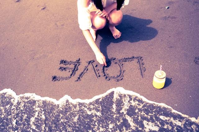 波打ち際のLOVEの文字の写真