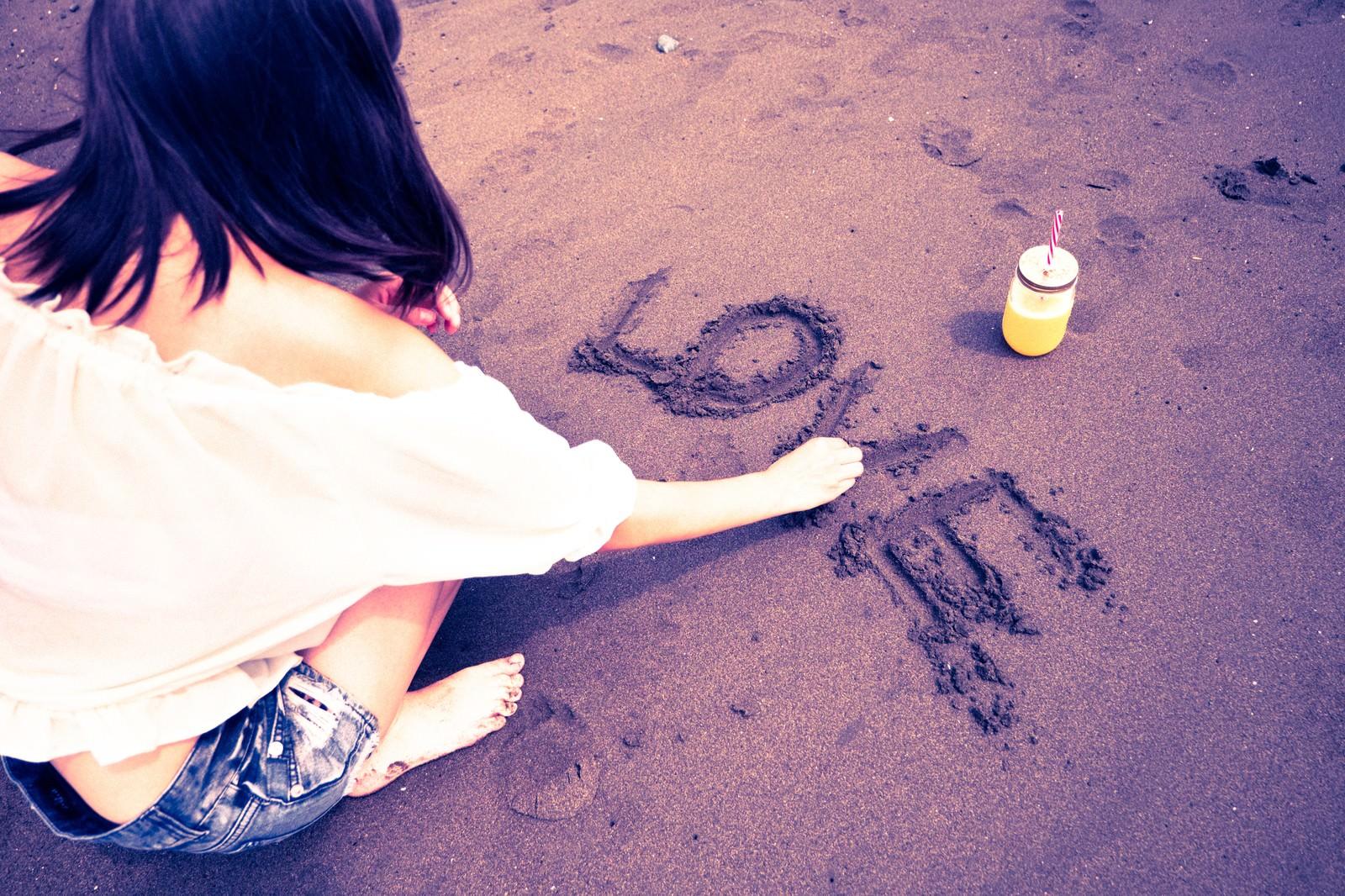 「LOVE(ラブ)の文字を書く女性LOVE(ラブ)の文字を書く女性」のフリー写真素材を拡大