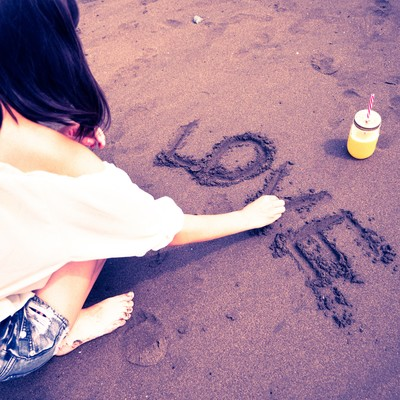 「LOVE(ラブ)の文字を書く女性」の写真素材