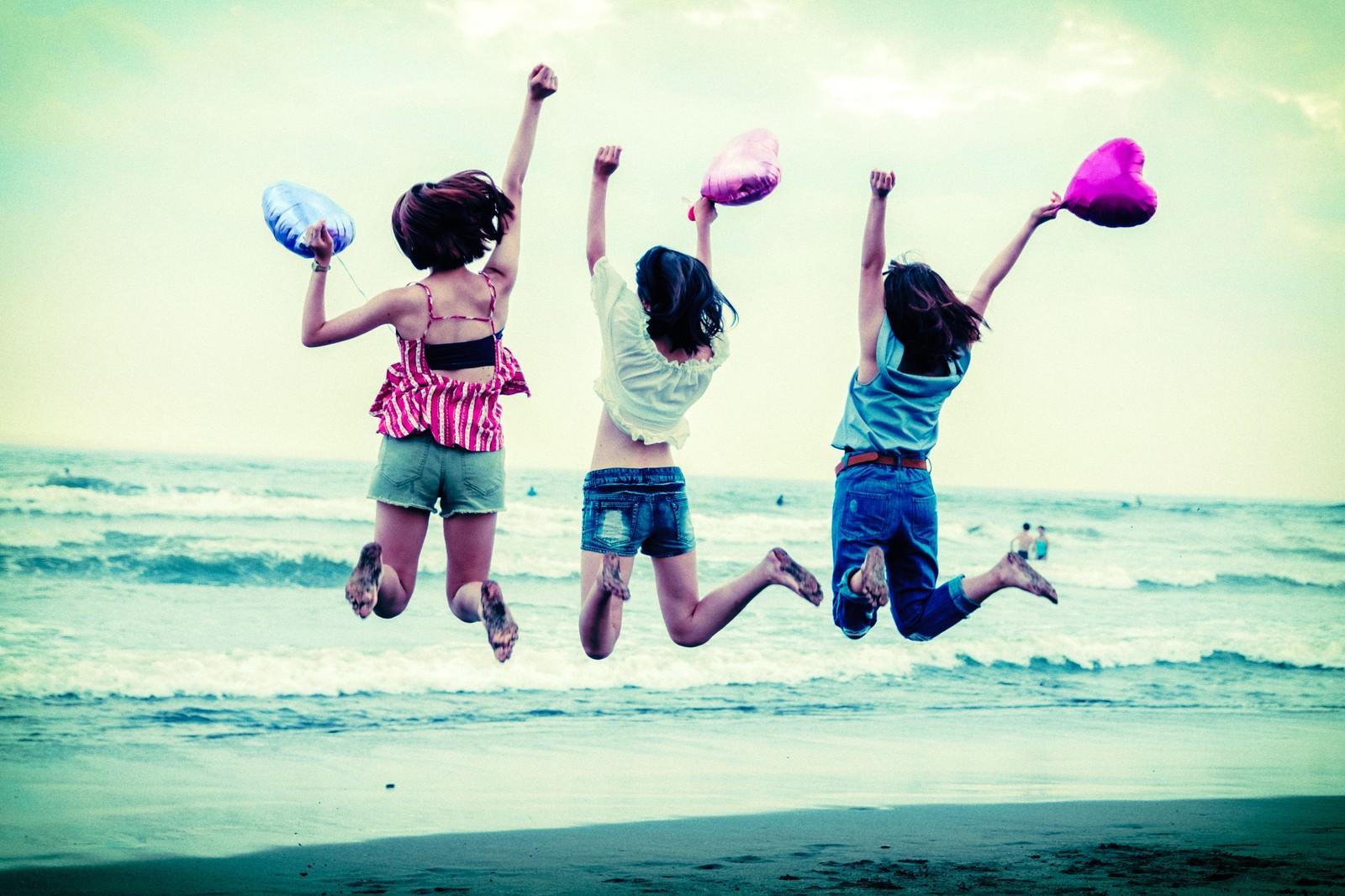 「砂浜ジャンプ女子」の写真
