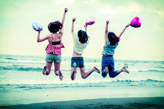 砂浜ジャンプ女子