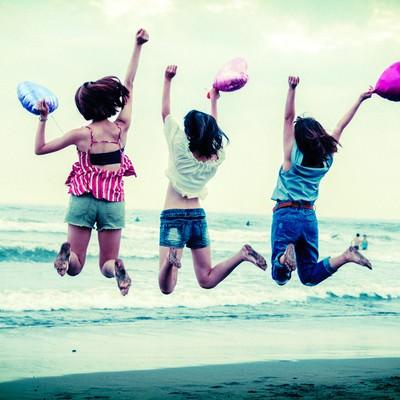砂浜ジャンプ女子の写真