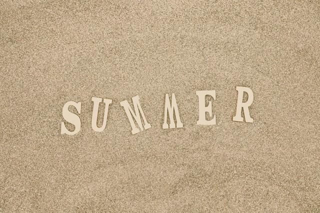 砂浜と「SUMMER」の文字の写真