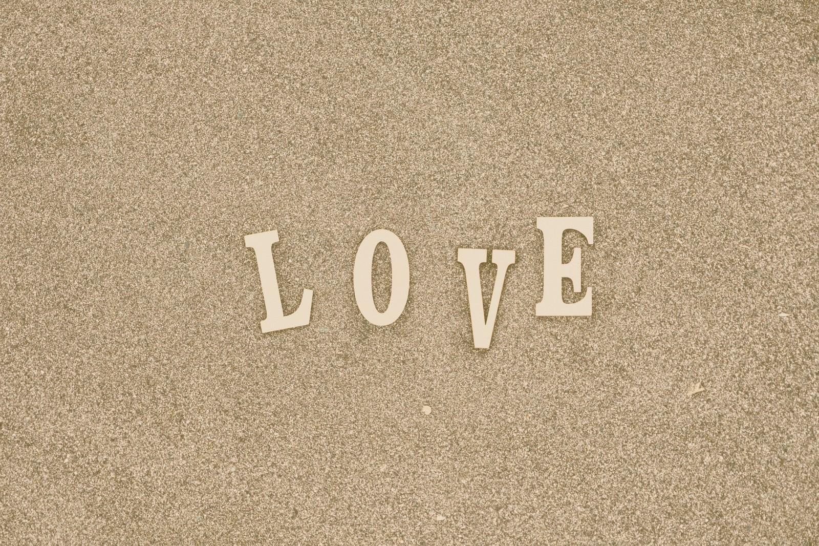「「LOVE」の文字「LOVE」の文字」のフリー写真素材を拡大