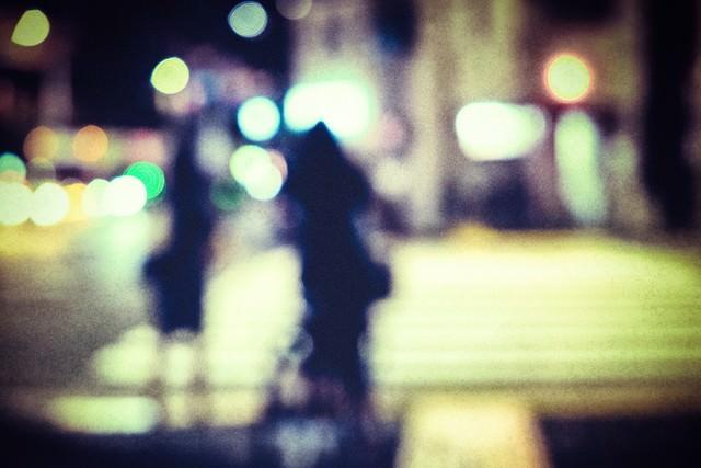 横断歩道の信号待ち(ボケ)の写真
