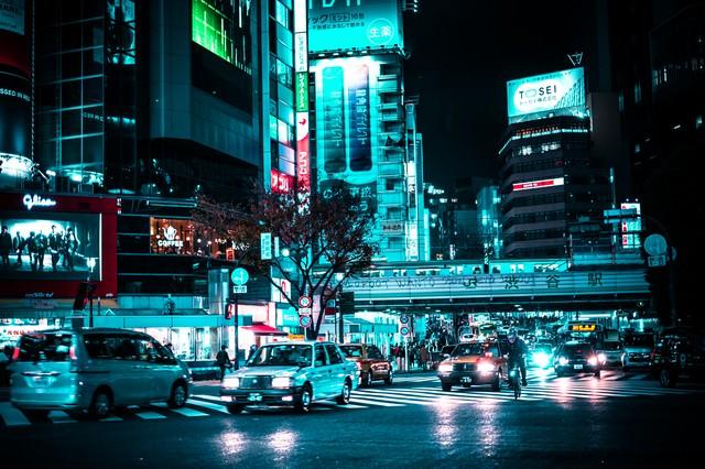 渋谷駅前の車の写真