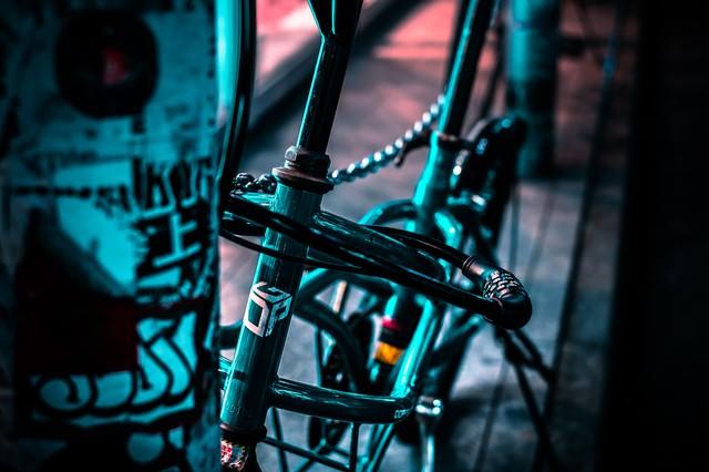 路肩に鍵をかけて停まる自転車の写真