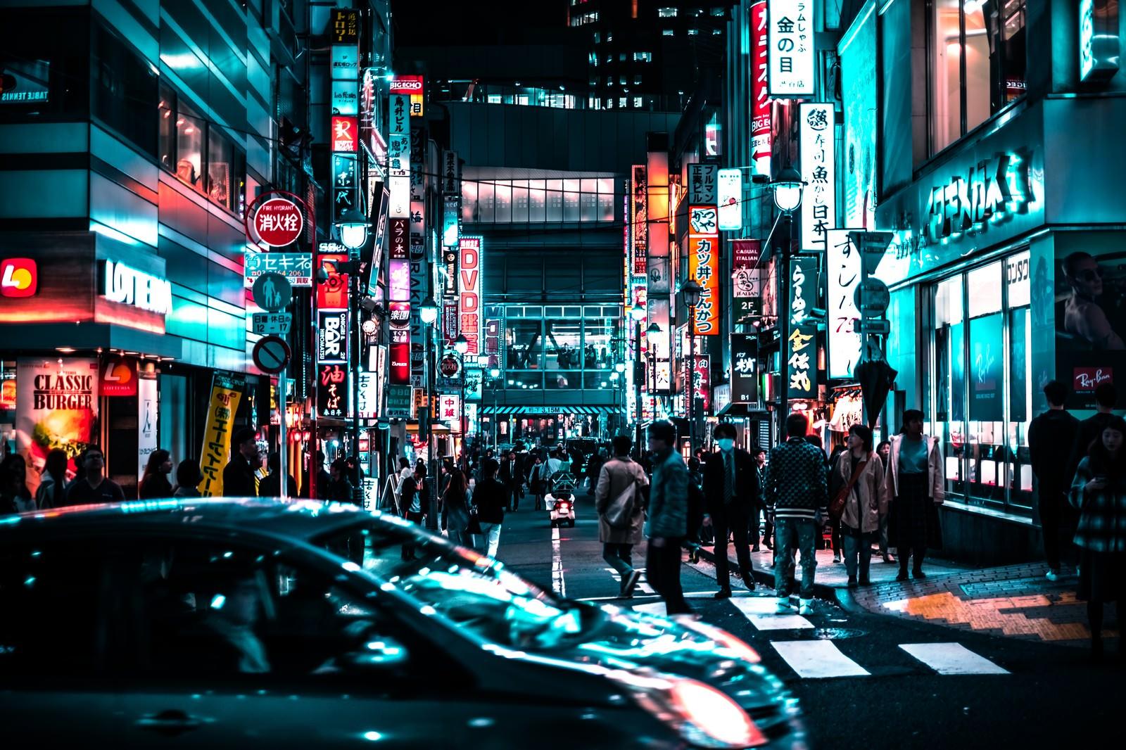 「夜の路地裏を歩く通行人(渋谷)」の写真
